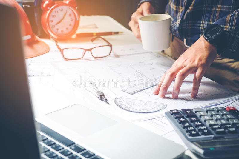 Architecte ou ingénieur travaillant dans le bureau sur le modèle Architectes image stock