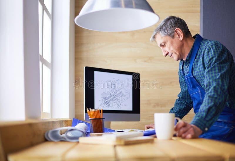 Architecte travaillant à la table de dessin dans le bureau photographie stock libre de droits