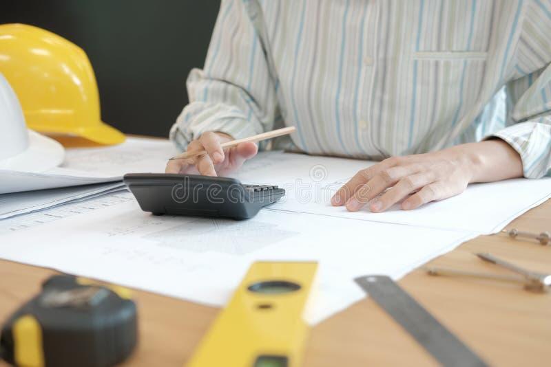 architecte travaillant au modèle de maison du projet d'immobiliers à W photos libres de droits