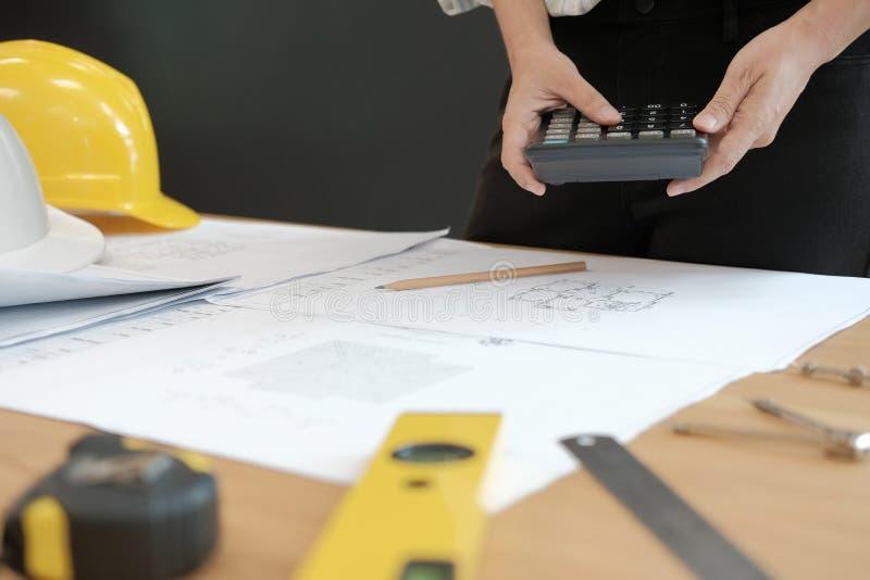 architecte travaillant au modèle de maison du projet d'immobiliers à W photo stock
