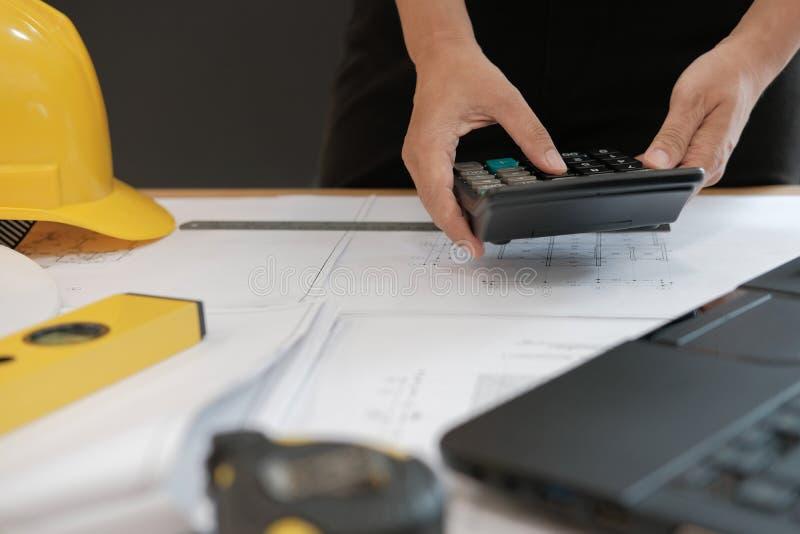 architecte travaillant au modèle de maison du projet d'immobiliers à W photos stock