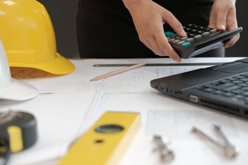 architecte travaillant au modèle de maison du projet d'immobiliers à W photographie stock