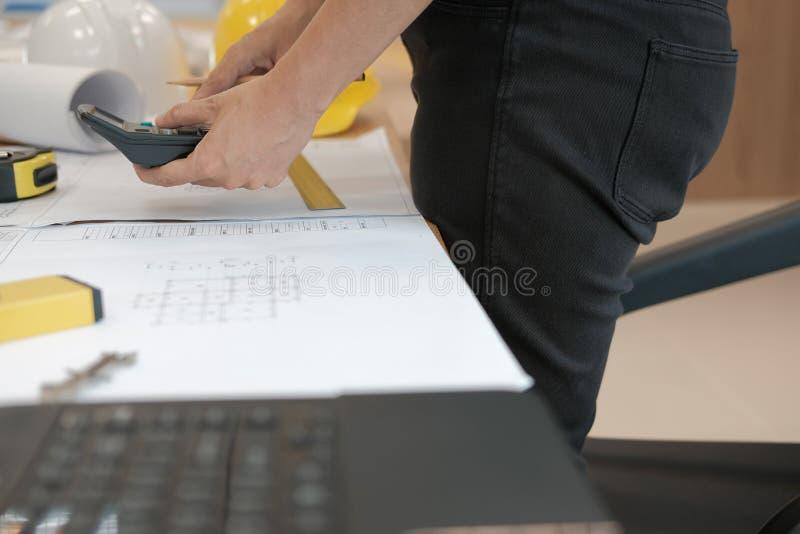 architecte travaillant au modèle de maison du projet d'immobiliers à W images stock