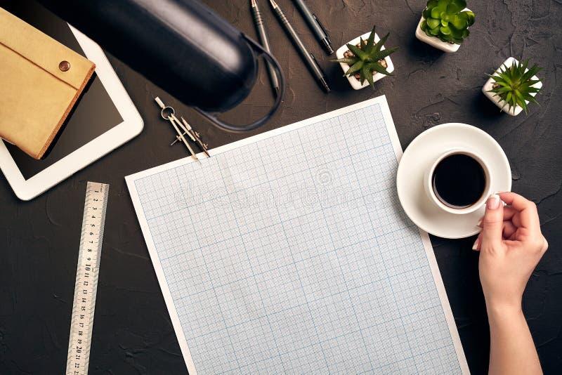 Architecte Working On Blueprint Lieu de travail d'architectes - projet architectural, modèles, PC de comprimé Outils d'ingénierie images stock