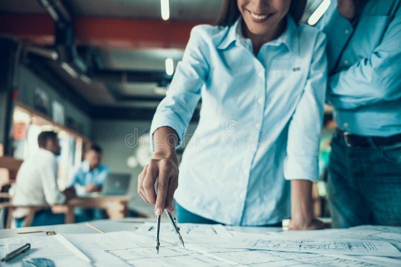 Architecte Working de femme sur le modèle dans le bureau photo stock