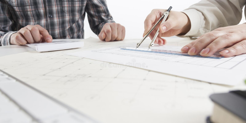 Architecten die aan blauwdruk, onroerende goederenproject werken Architectenwerkplaats - architecturaal project, blauwdrukken, he stock afbeelding
