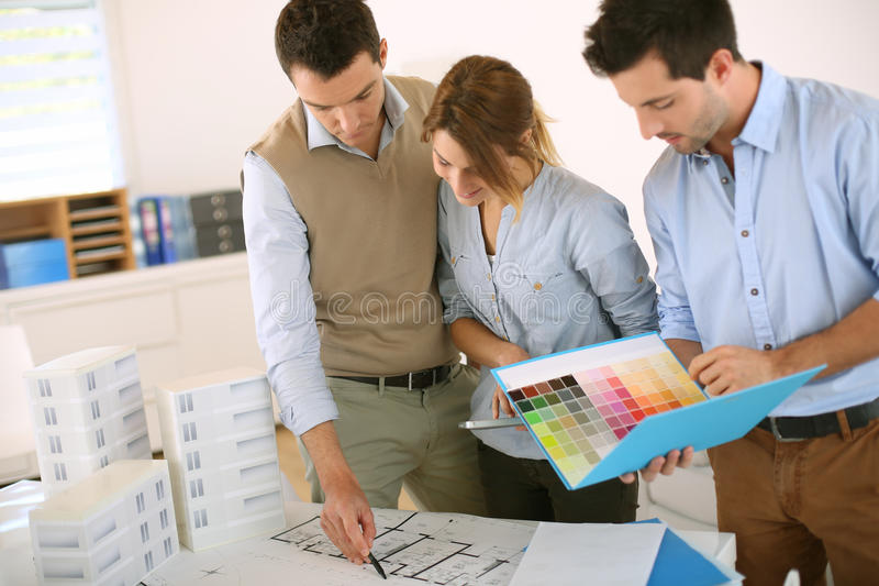 Architecten die aan blauwdruk samenwerken stock foto's