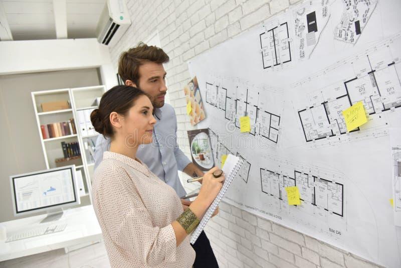 Architecten die aan een project werken stock afbeeldingen