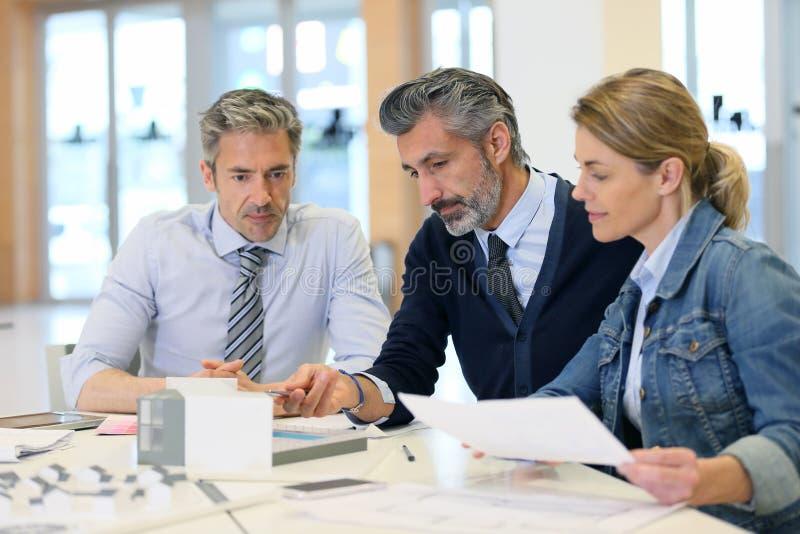 Architecten die aan project werken stock afbeelding