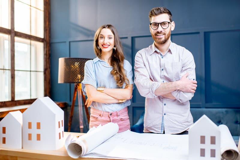 Architecten die in het bureau werken royalty-vrije stock foto