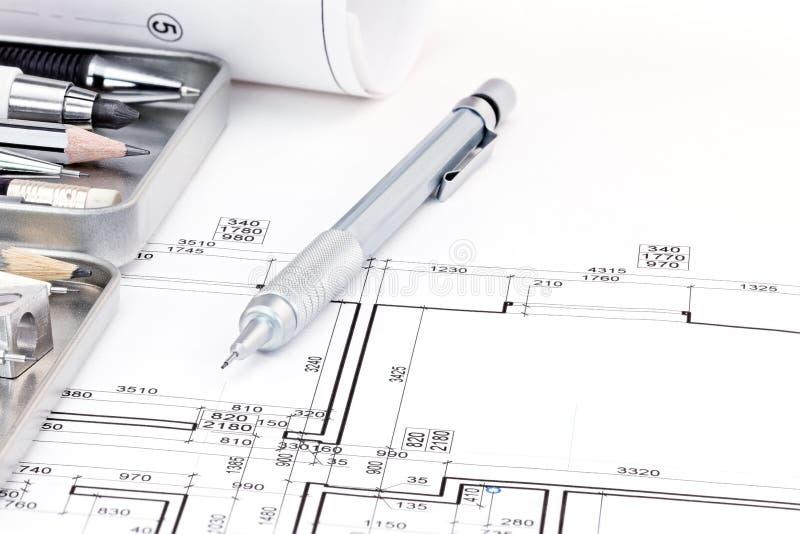 Architecten die hulpmiddelen en architecturaal plan van flat trekken royalty-vrije stock afbeelding