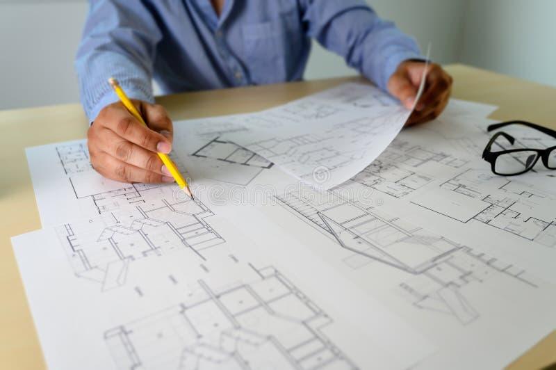 Architecten die laptop de binnenlandse hulpmiddelen van het de Bouwconcept van de Architectenwerkplaats werken stock foto's