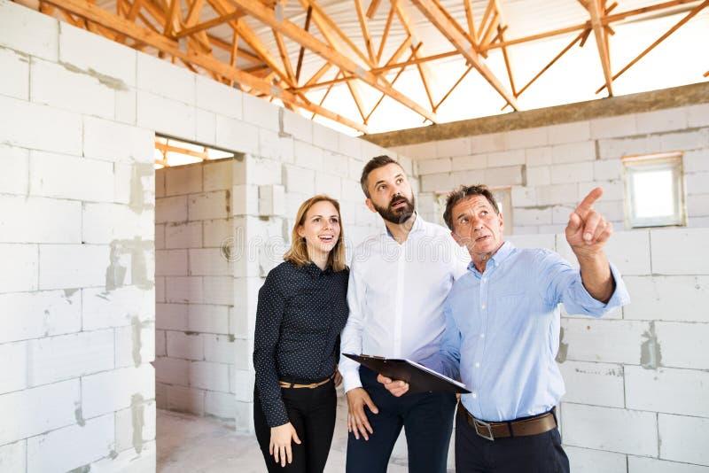 Architecten en civiel-ingenieur bij de bouwwerf stock fotografie