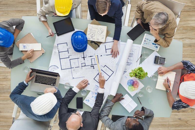 Architecten en Ingenieurs die op een Nieuw Project plannen royalty-vrije stock fotografie