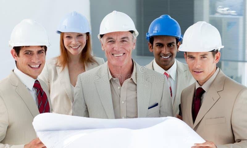 Architecten met bouwvakkers in een bouwterrein stock foto's