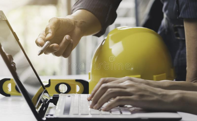 Architecteningenieur het werk concept en bouwhulpmiddelen of veiligheidsmateriaal op lijst stock foto's