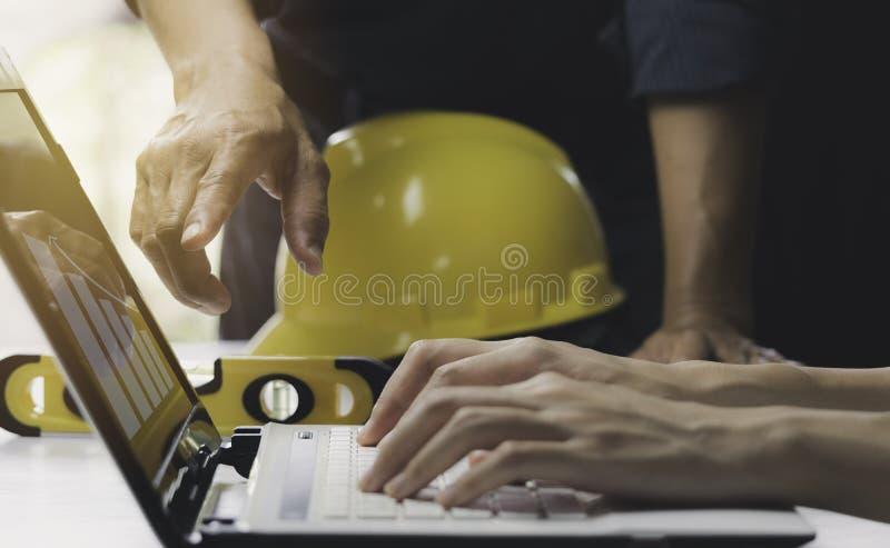 Architecteningenieur het werk concept en bouwhulpmiddelen of veiligheidsmateriaal op lijst royalty-vrije stock foto