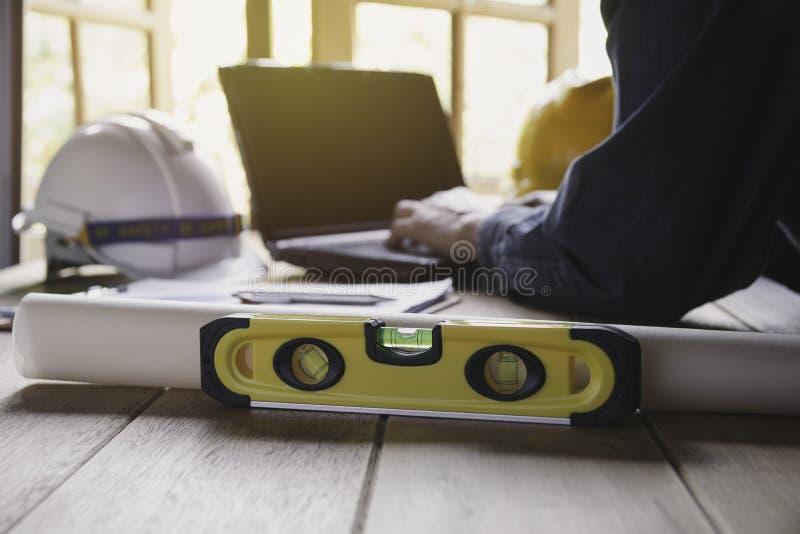 Architecteningenieur het werk concept met laptop en bouwhulpmiddelen of veiligheidsmateriaal op lijst royalty-vrije stock foto's