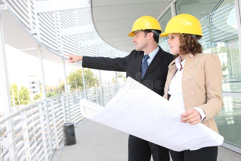 Architectes attirants sur le chantier de construction images libres de droits