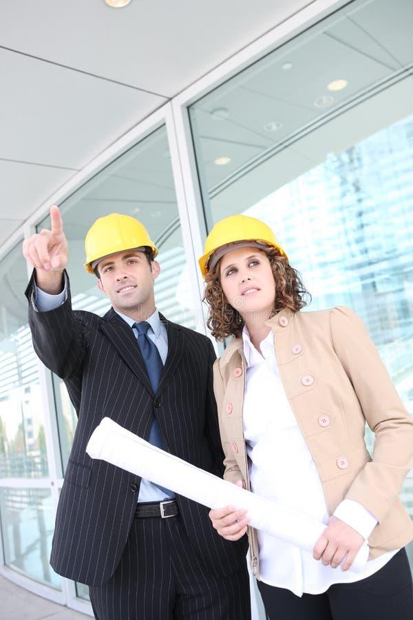 Architectes attirants sur le chantier de construction photographie stock