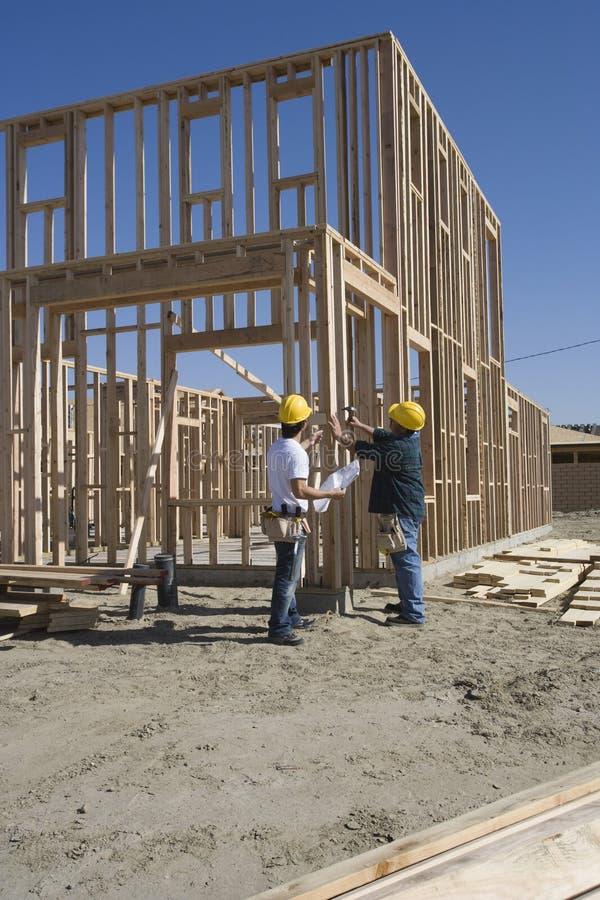 Architectes construisant la nouvelle maison photographie stock