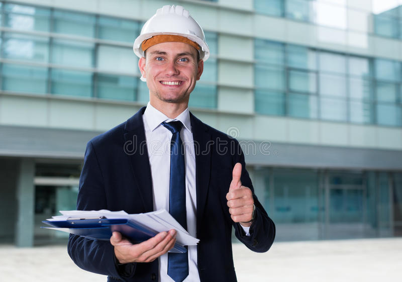Architector im Anzug und im Hut wird mit Realisierung seine PR zufrieden gestellt stockfoto
