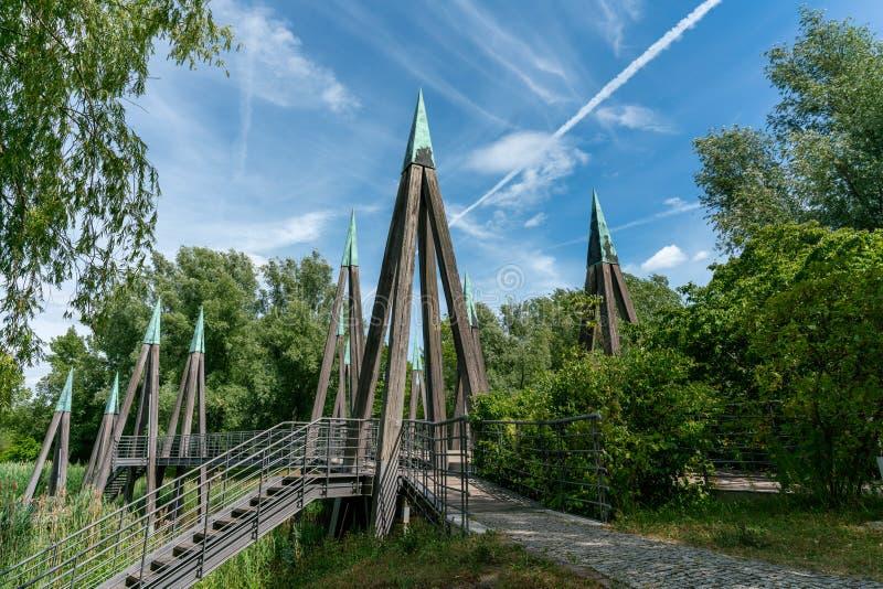Architectual frappant le pont piétonnier en bois photos stock