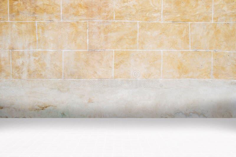 Architectual tło robić biała mozaika i pomarańczowa nieregularna fasada obraz royalty free