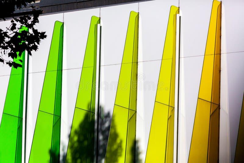 Architecturaal detail - groene en gele driehoeken royalty-vrije stock afbeeldingen