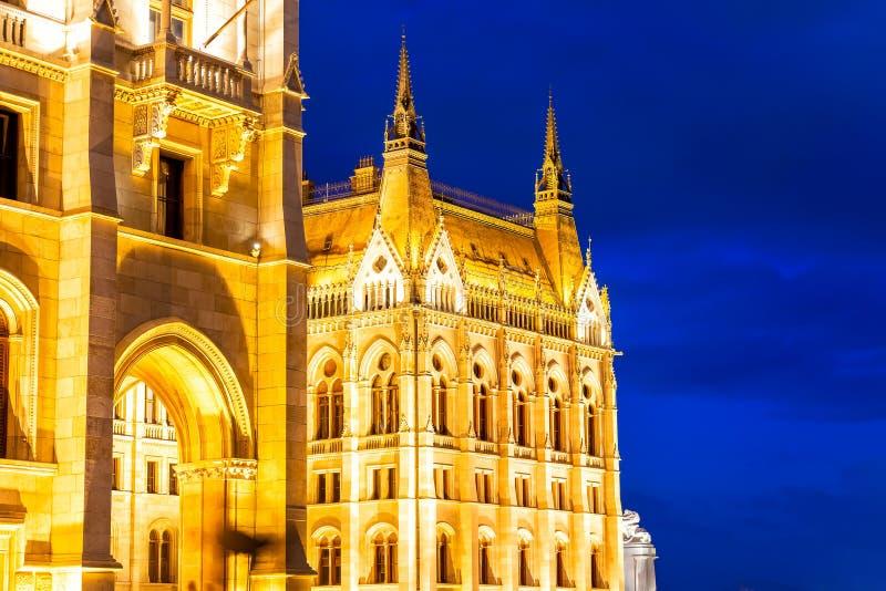 Architecturaal detail van de bouw van het Hongaarse Parlement bij nacht Boedapest, Hongarije stock afbeelding
