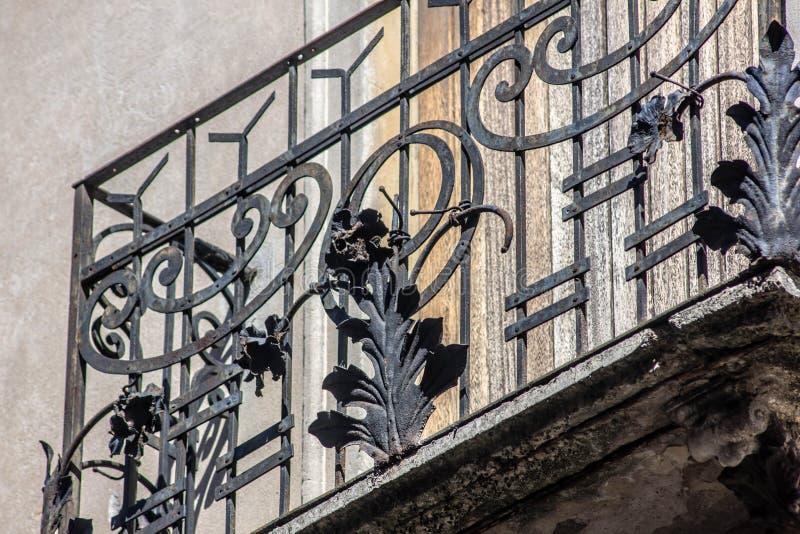 Architecturaal detail van een historisch huis in Treviso, het traliewerk van het smeedijzerbalkon wat zodra normaal vandaag is ee royalty-vrije stock afbeelding