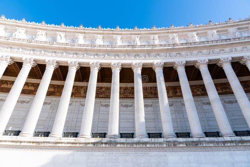 Architecturaal detail van kolommen van Vittorio Emanuele II Monument, aka Vittoriano of Altare-della Patria Mooie oude vensters i royalty-vrije stock foto