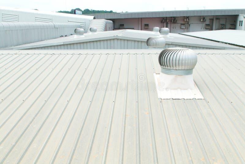 Architecturaal detail van metaaldakwerk bij de commerciële bouw stock fotografie