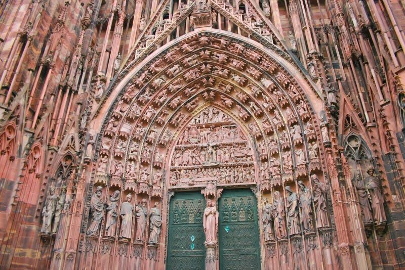Architecturaal detail van standbeelden op portiek van Notre-Damkathedraal in Straatsburg stock foto's