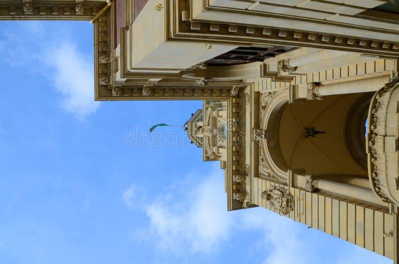 Architecturaal element tegen de hemel De instelling van de staat, Executi stock fotografie