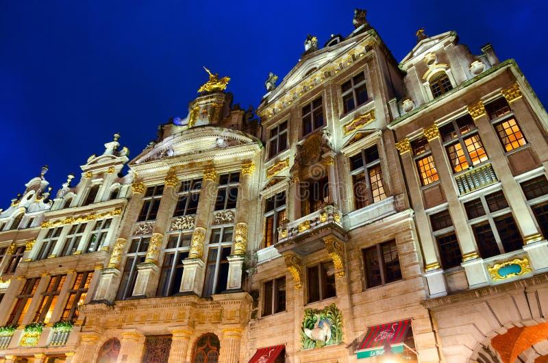Architecturaal ensemble van beroemd Grand Place in avondverlichting, Brussel, België royalty-vrije stock afbeeldingen