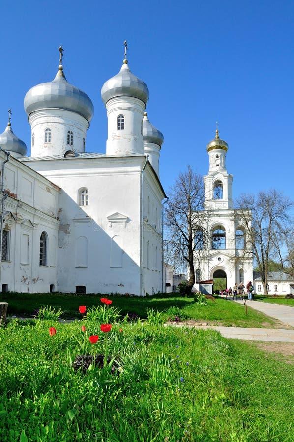 Architecturaal ensemble van orthodox Yuriev-Klooster in Veliky Novgorod, Rusland stock foto