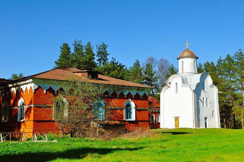 Architecturaal ensemble van Peryn Skete met Kerk van de Geboorte van Christus van Onze Dame in Veliky Novgorod, Rusland stock afbeelding