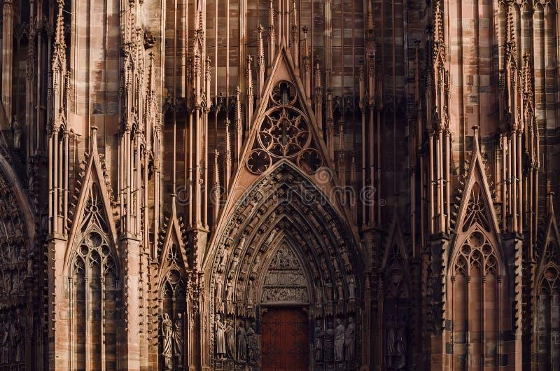 Architecturaal fragment van centrale ingang van de kathedraal van Straatsburg royalty-vrije stock afbeelding