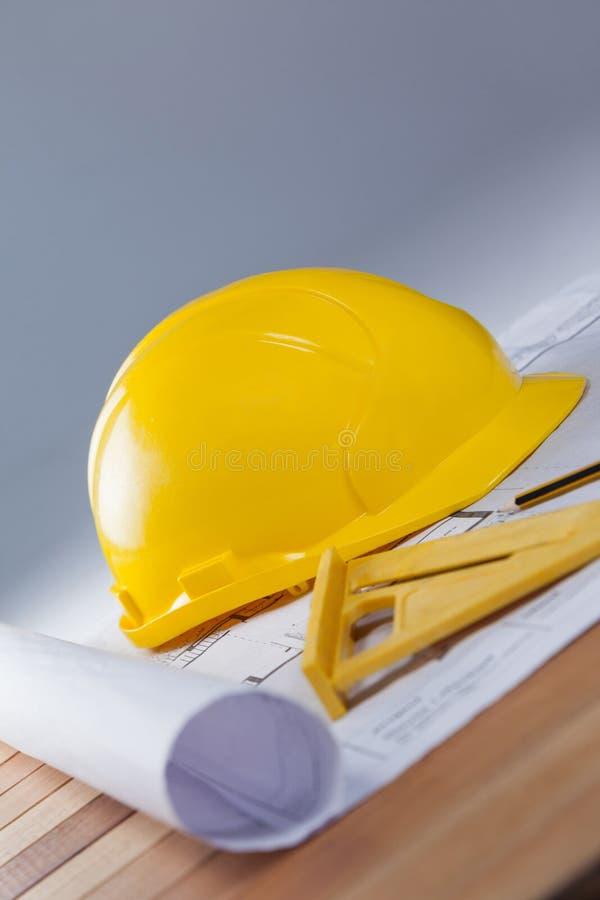 Architecturaal plan met hulpmiddelen en bouwvakker royalty-vrije stock foto