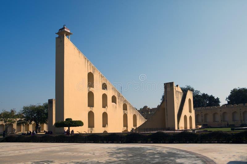 Architecturale astronomische die instrumenten in Jantar Mantar-waarnemingscentrum in 1734, Jaipur, India wordt voltooid stock afbeelding