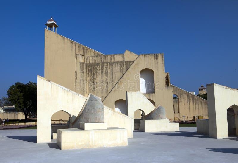 Architecturale astronomische die instrumenten in Jantar Mantar-waarnemingscentrum in 1734, Jaipur, India wordt voltooid stock afbeeldingen