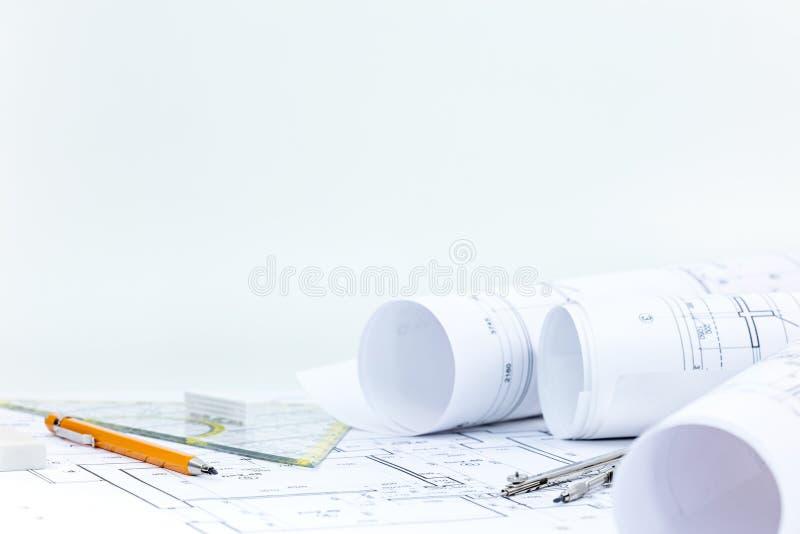 Architecturale blauwdrukbroodjes en plannen met tekeningshulpmiddelen op DE royalty-vrije stock afbeeldingen