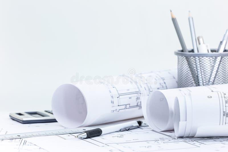 Architecturale blauwdrukbroodjes en plannen, techniek en bureau stock afbeeldingen