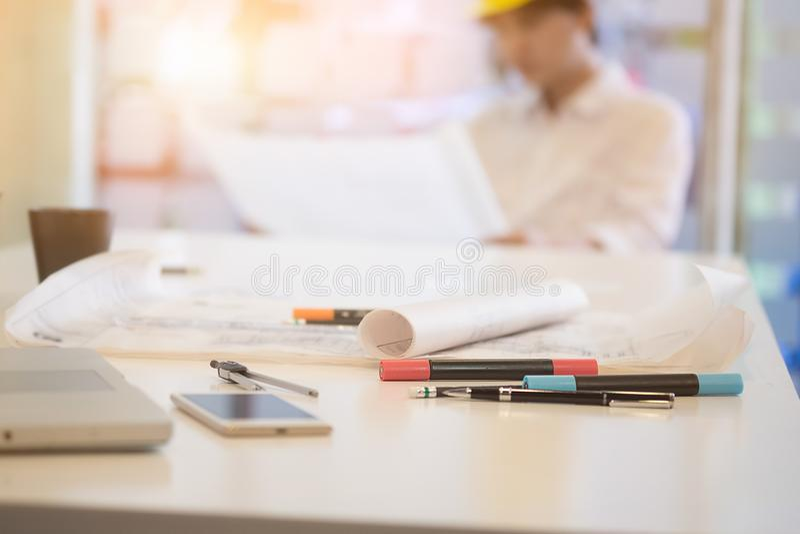 Architecturale blauwdrukken en objet van architect op werkende lijst stock afbeelding