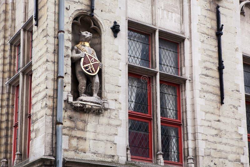 Architecturale details op de gebouwen in de stad van Brugge stock foto's