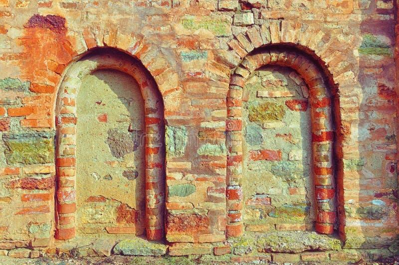 Architecturale details van oude kerkmuur - dode vensters royalty-vrije stock foto's