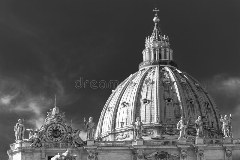 Architecturale dichte omhooggaand van de Koepel van Heilige Peter Basilica stock afbeelding