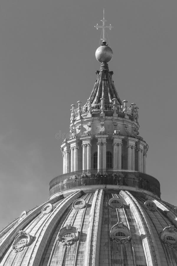 Architecturale dichte omhooggaand van de Koepel van Heilige Peter Basilica stock foto