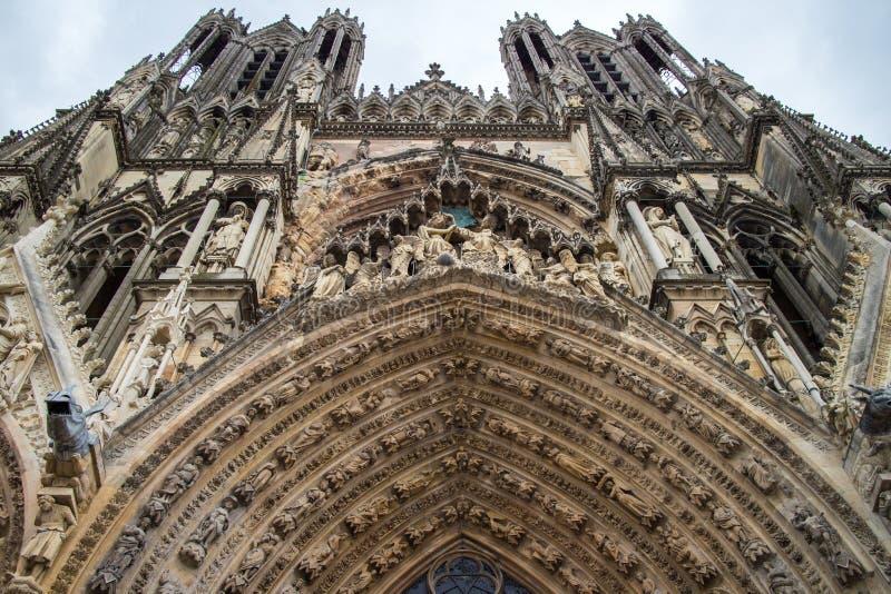 Architecturale fragmenten van de kathedraalvoorgevel van Notre-Dame DE Reims stock afbeelding